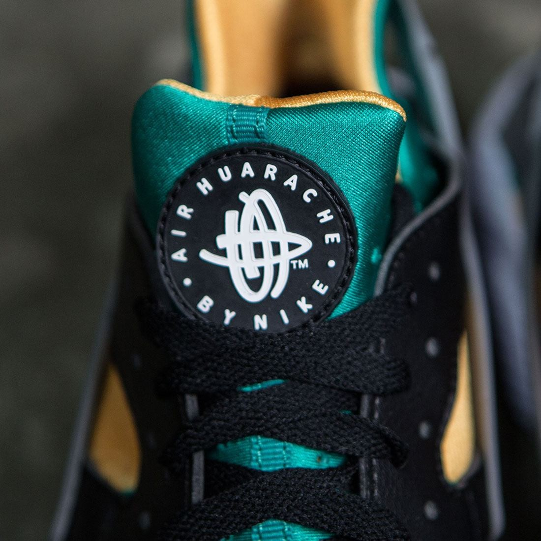 wholesale dealer 432ae 924ef Nike Men Air Huarache (black  white-emerald-resin)