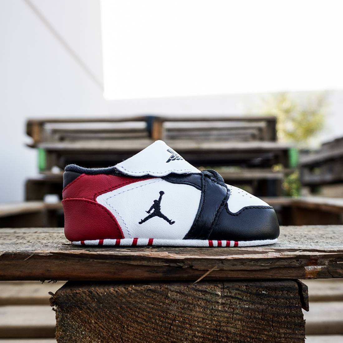 Jordan Toddlers 1st Crib (white / black-gym red)
