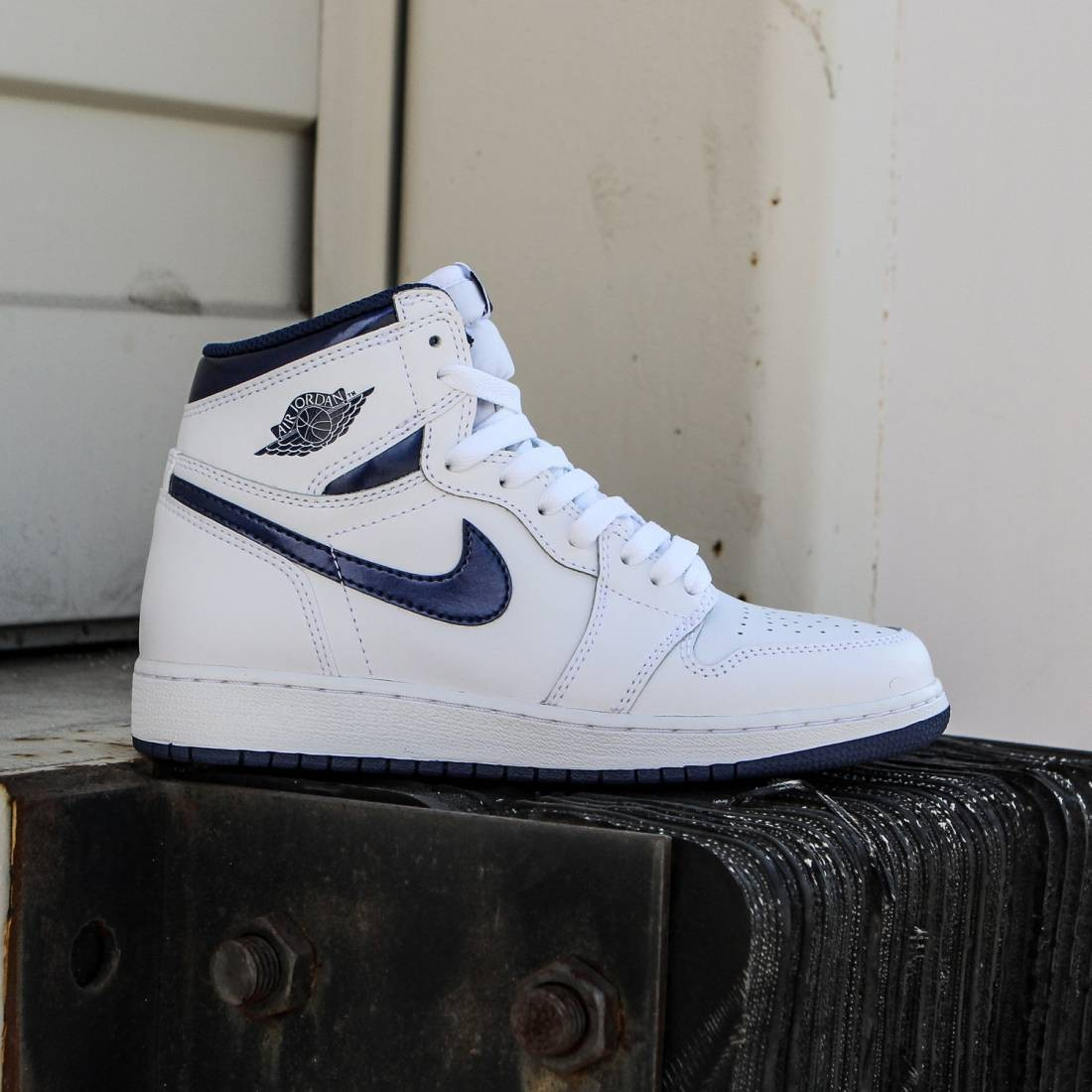 hot sale online c53b1 543bb Air Jordan 1 Retro High OG (BG) Big Kids (white / midnight navy)