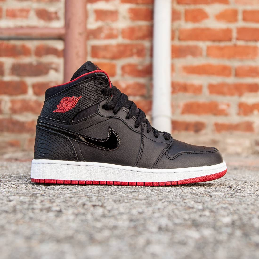official photos 6a813 bfb1f Air Jordan 1 Retro High (GS) Big Kids (black / white / gym red)