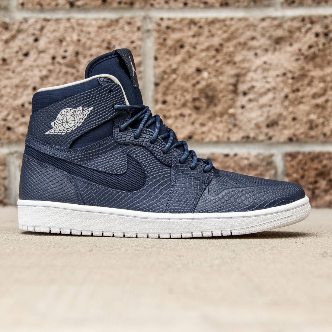 super popular 844cc c5e14 Jordan Men Air Jordan 1 Retro High Nouveau (midnight navy   white    infrared 23   light bone)