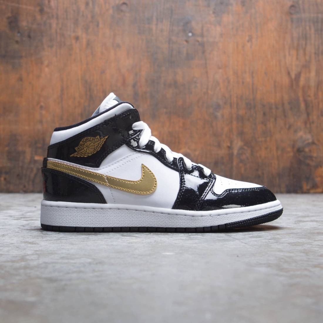 Air Jordan 1 Mid SE Big Kids (black / metallic gold-white)