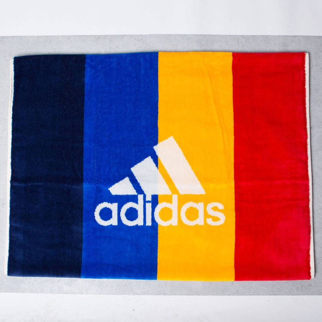 Adidas x Pharrell Williams New York Tennis Sports Towel (white / chalk white / dark blue / scarlet)