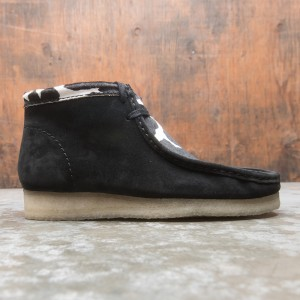 Clarks Men Wallabee Boot (black / cow print)