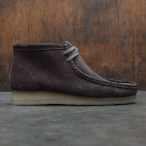 Clarks Men Wallabee Boot (gray / suede)