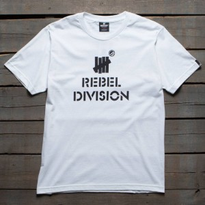 Undefeated x SYR Men Rebel Division Tee (white)